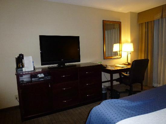 Holiday Inn Bridgeport: Desk, dresser, & TV