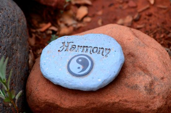 Alma de Sedona Inn Bed & Breakfast: Harmony stone at stop in labyrith