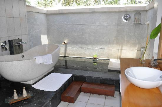 Saman Villas: The outdoor bathroom - magic!