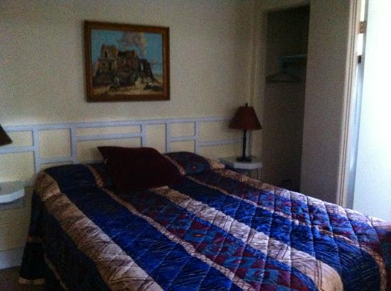 Zane Grey Pueblo Hotel: Dusty, hot, sweaty room