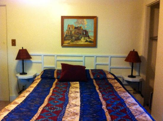 Zane Grey Pueblo Hotel: REALLY old and grungy bedspread