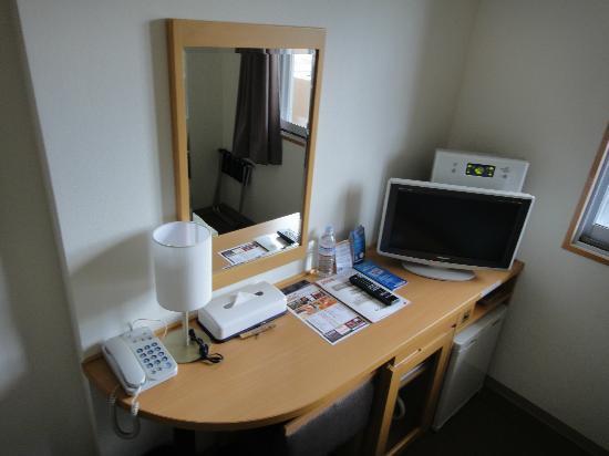 Yutaka Business Hotel: 机周り