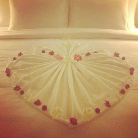 Jumeirah Vittaveli: Honeymoon bed decoration