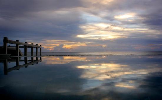 Jumeirah Vittaveli: Infinity pool in lagoon villa 