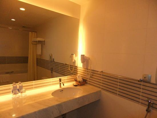 Liberty Central Saigon Centre Hotel: Premier Deluxe Bathroom