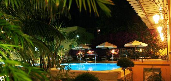 Hotel Zi Teresa: Pisicna e Lounge area di notte