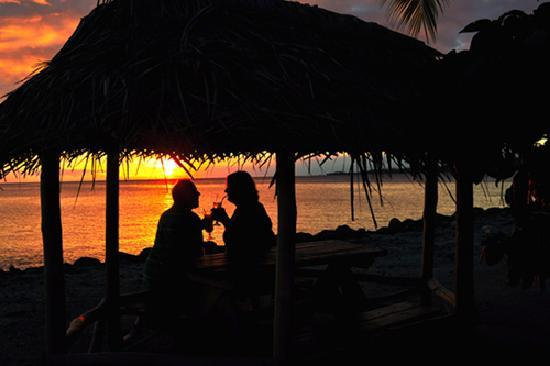 Le Vasa Resort: Watching the sunset from the dining fales