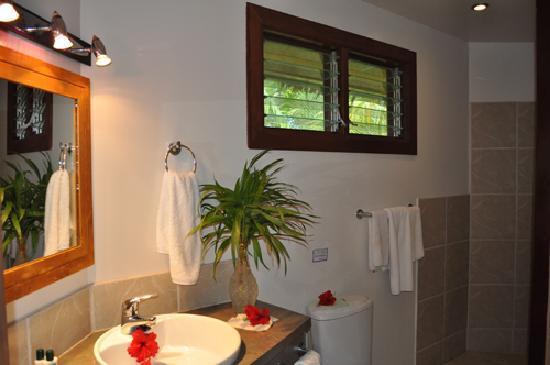 Le Vasa Resort: Oceanfront fale bathroom