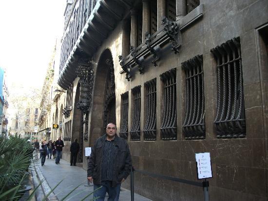 MH Apartments Ramblas: Street infront of Hotel