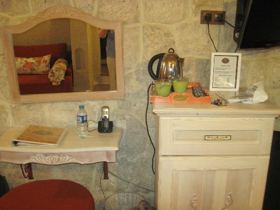 Tafoni Houses: Desk and coffee making