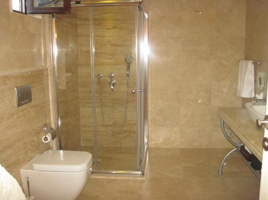 Tafoni Houses: Bathroom