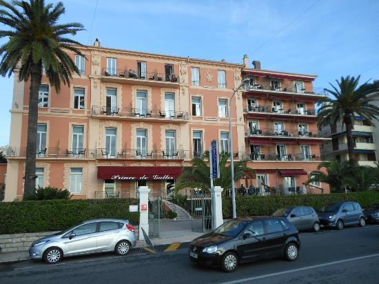 Best Western Hotel Prince De Galles: Hotel from beach road.