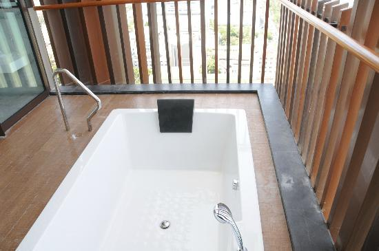 Hilton Pattaya: bath tab at balcony, thats super cool