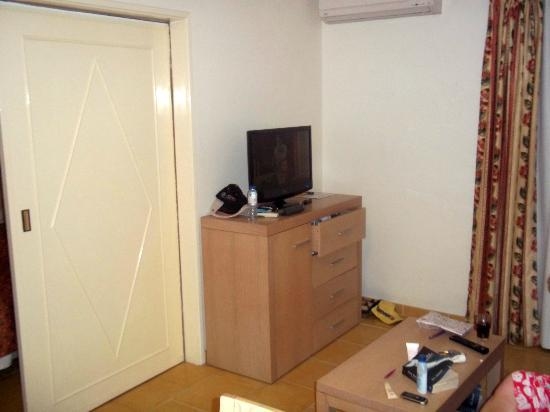 Santa Eulalia Hotel Apartamento & Spa: flat sceen tv.