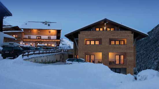 Alpengasthof Pension Praxmar: Außenansicht Alpengasthof Praxmar und Appartements Schwarzerhof