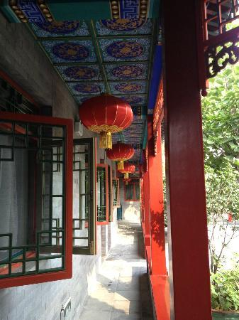 Hotel Cote Cour Beijing: corridor in front of rooms