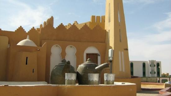 Ouargla, Algérie : تستقبلك ورقلة من البوابة الشرقية علة مستوى المطار بكؤوس الشاي الرمزية دلالة على كرم الضيافة