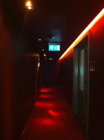 Buddha-Bar Hotel Budapest Klotild Palace: Hallway to rooms