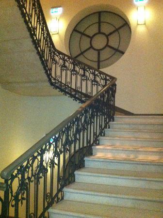 Buddha-Bar Hotel Budapest Klotild Palace: Beautifully renovated staircase to higher floors
