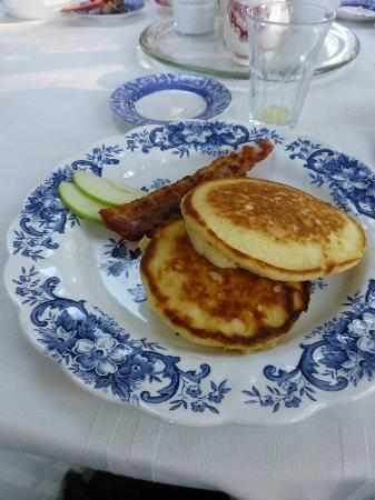 Captain David Kelley House: Apple pancakes and bacon...yum