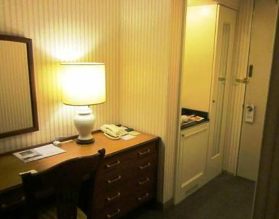 Hiroshima Intelligent Hotel Grand: entry with wardrobe, tea and internet