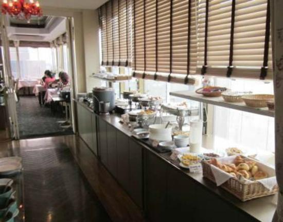 Hiroshima Intelligent Hotel Grand: western section of breakfast buffet and dining area