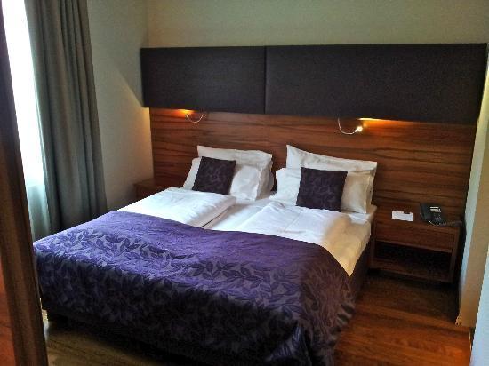 Pakat Suites Hotel: Chambre et literie confortables