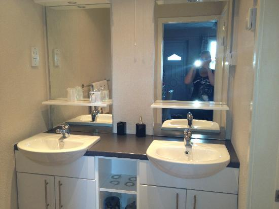 Estuary Lodge: Two sinks!