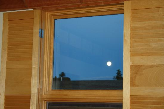 Old Faithful Snow Lodge and Cabins: Full moon right outside our window