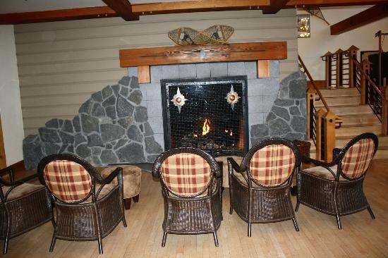 Old Faithful Snow Lodge and Cabins: Lobby fireplace