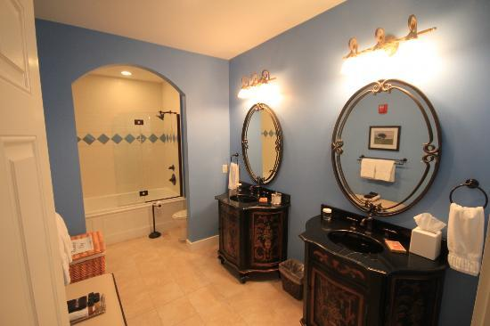 The Reluctant Panther Inn & Restaurant: luxury bathroom