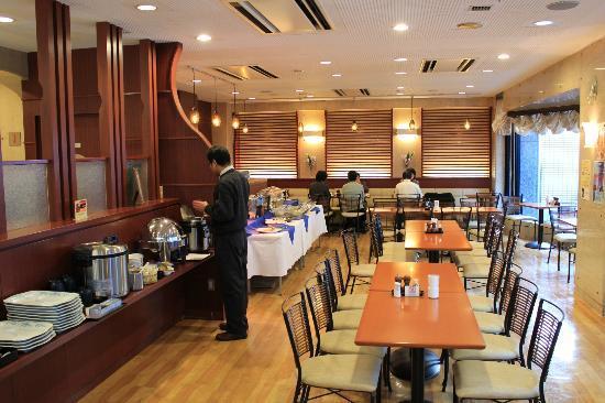 Hotel Shin Osaka: 一樓的餐廳,早餐