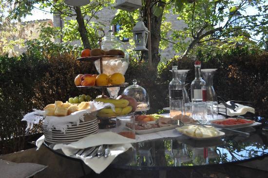 Castellare De' Noveschi: il ricco aperitivo delle 11 in una deliziosa terrazza decorata con stile