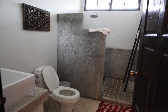 อลีลา วิลล่า: salle de bain