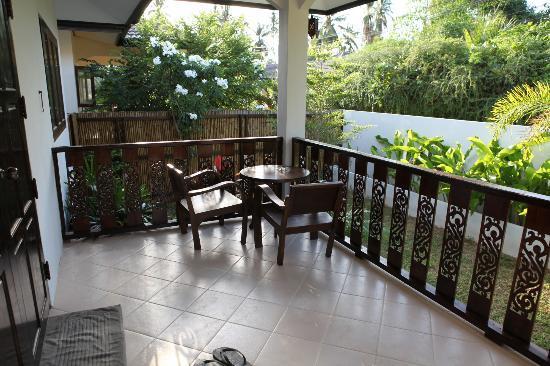 Chalisa Villas: Terrasse/entree