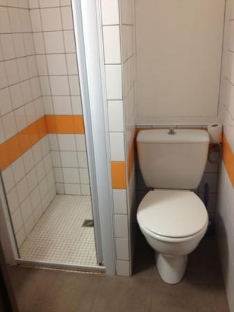 Hotel Restaurant Portes de Meuse : salle d eau