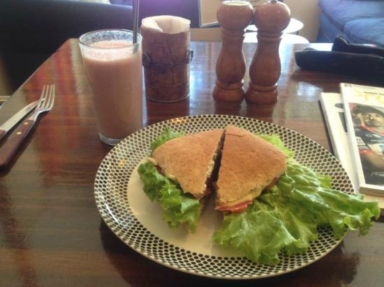 El Living: Strawberry shake and veggie burger