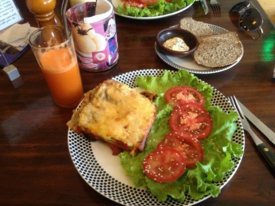 El Living: Carrot juice, lasagna, and bread with garlic dip