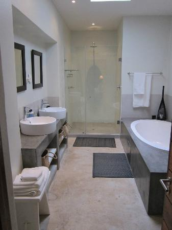 Kings Walden Garden Manor: Room 1 bathroom