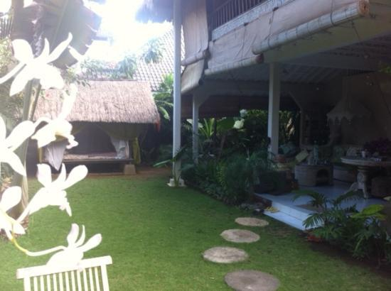 Casa Mia BnB Bali Seminyak: fiew from the entrance (upstairs you see the balcony of one guestroom)