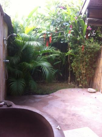 Casa Mia BnB Bali Seminyak: view in the bathroom / from the toilette