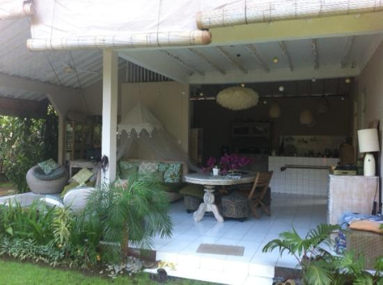 Casa Mia BnB Bali Seminyak: open house living room / kitchen