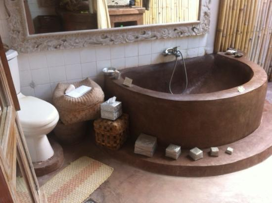 Casa Mia BnB Bali Seminyak: bathroom with tub and shower