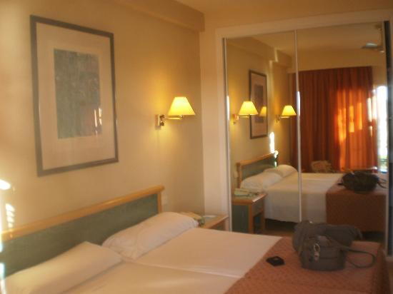 Sol Beach House Menorca : chambre avec grnd dressing