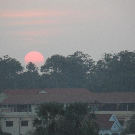 بوري أنكور ريزورت آند سبا: Sunset from the hotel 