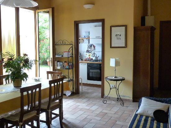 Antica Via Room and Breakfast: Saletta e cucina per il Breakfast