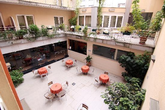 Hotel Santo Amaro: Esplanadas dentro do Hotel