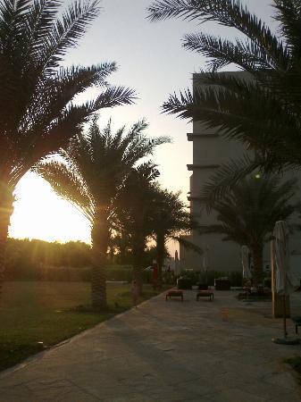 Centro Sharjah: закат у бассейна