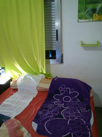 Habitaciones Valencia: Cortina que no tapaba por completo la ventana