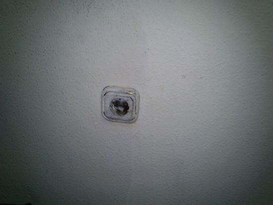 Habitaciones Valencia: Enchufe de dudosa seguridad eléctrica